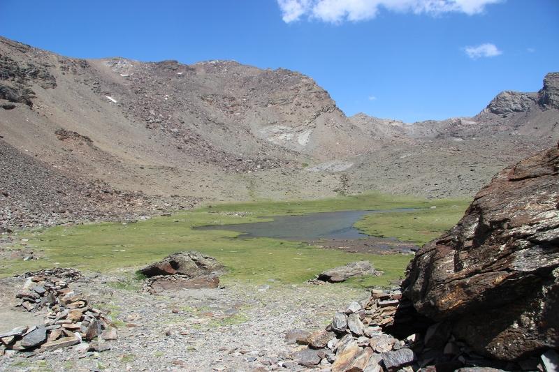 Vor uns die Größte der sieben Lagunen und li. im Bild der Mulhacén